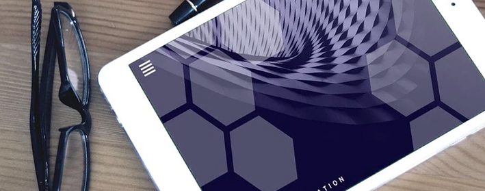 Imagen decorativa: Tablet de trabajo sobre mesa de estudio.